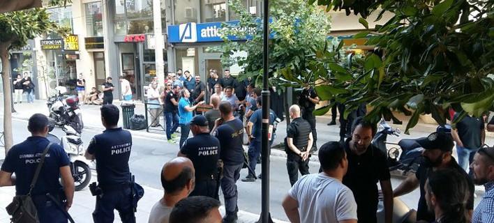 Οπαδοί των ΑΝΕΛ έξω από τα γραφεία των ΑΝΕΛ -Φωτογραφία: flashnews.gr