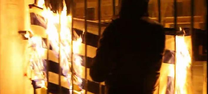 Βίντεο-ντοκουμέντο από το χάος στο Πολυτεχνείο: Μπαινοβγαίνουν στο ίδρυμα, πετούν δεκάδες μολότοφ, καίνε την ελληνική σημαία