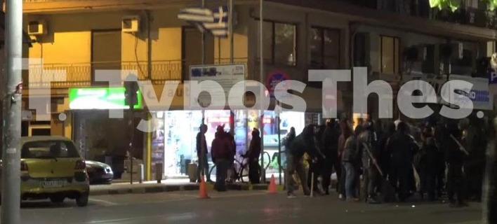 Αντιεξουσιαστές κατέβασαν ελληνική σημαία στη Θεσσαλονίκη [βίντεο]