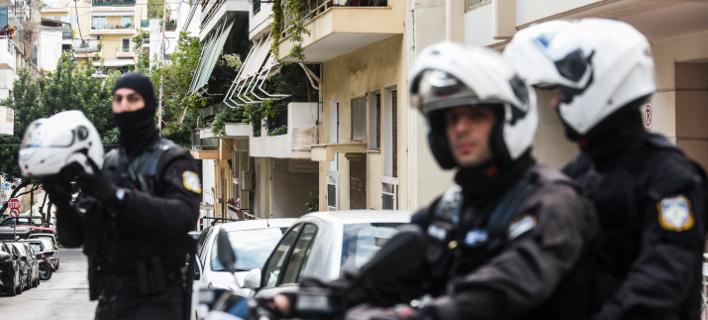 Ολόκληρο οπλοστάσιο βρήκε η Αντιτρομοκρατική στα σπίτια ακροδεξιών-Πέντε συλλήψεις