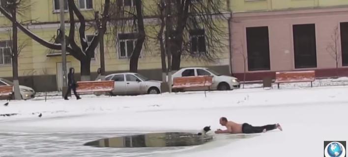 Ημίγυμνος άντρας σώζει σκύλο από παγωμένη λίμνη και γίνεται viral [βίντεο]