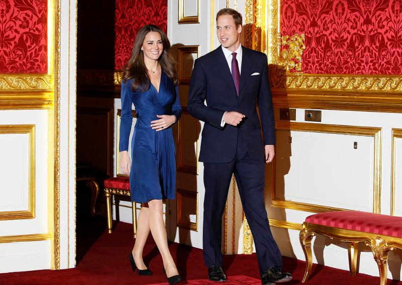 87d07eded197 Το θρυλικό μπλε Issa φόρεμα του αρραβώνα της Κέιτ Μίντλετον κυκλοφορεί ξανά  -Με 100 ευρώ