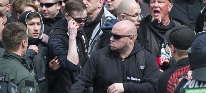 Guardian: Bρετανοί φασίστες αντιγράφουν τους τζιχαντιστές -Είναι διατεθειμένοι να δολοφονούν