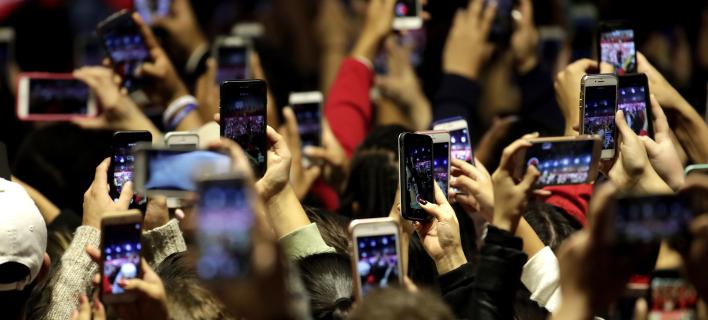 Στο άμεσο μέλλον θα επικοινωνούμε στο κινητό 65 φορές την ημέρα, φωτογραφία: ap images