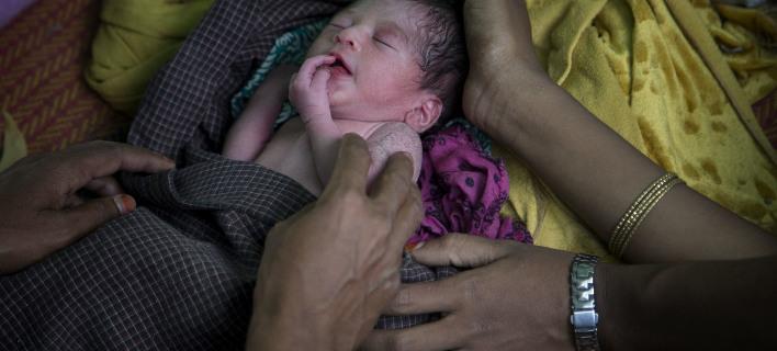 Ελάχιστα γεννιούνται σε κλινικές, φωτογραφία: apimages