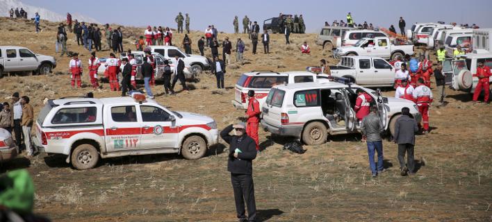 Εντοπίστηκαν ακόμα 7 πτώματα του αεροσκάφους που συνετρίβη στο Ιραν -Τα μεταφέρουν στην πλάτη
