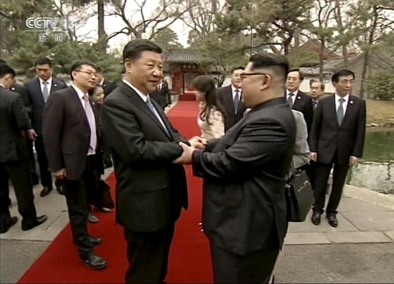 Αναλυτές εκτιμούν ότι ο Κιμ ένιωσε την ανάγκη να διαβουλευτεί με τον  παραδοσιακό σύμμαχο και μεγαλύτερο εμπορικό εταίρο της χώρας του ενόψει των  συναντήσεων ... 31e708cbf6b