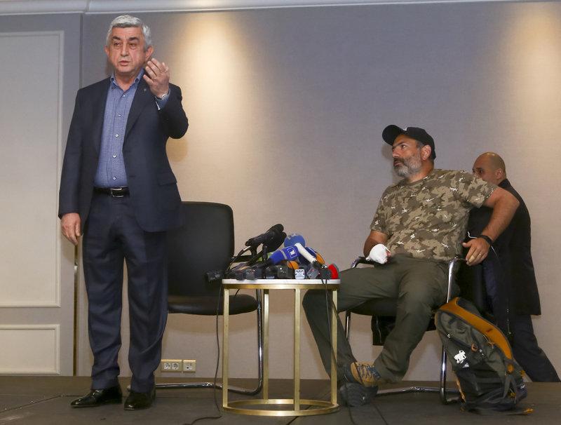 Ο πρωθυπουργός Σερζ Σαρκισιάν (όρθιος) αποχωρεί από το τηλεοπτικό τετ-α-τετ με τον ηγέτη της αντιπολίτευσης Νικόλ Πασινιάν