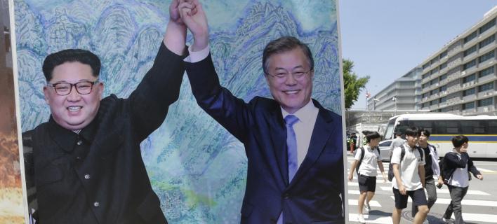 Μεταξύ του Μουν Τζε-ιν και του Κιμ Γιονγκ Ουν, φωτογραφία: apimages