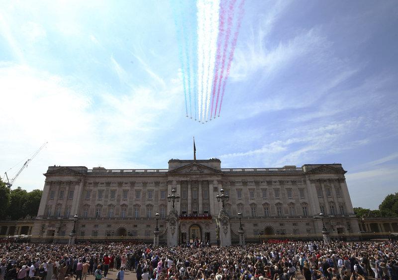 Εντυπωσιακές διελεύσεις των αεροσκαφών της RAF που σχηματίζουν τα χρώματα της βρετανικής σημαίας - Φωτογραφία: CPL HELEN RIMMER RAF MOD: CROWN