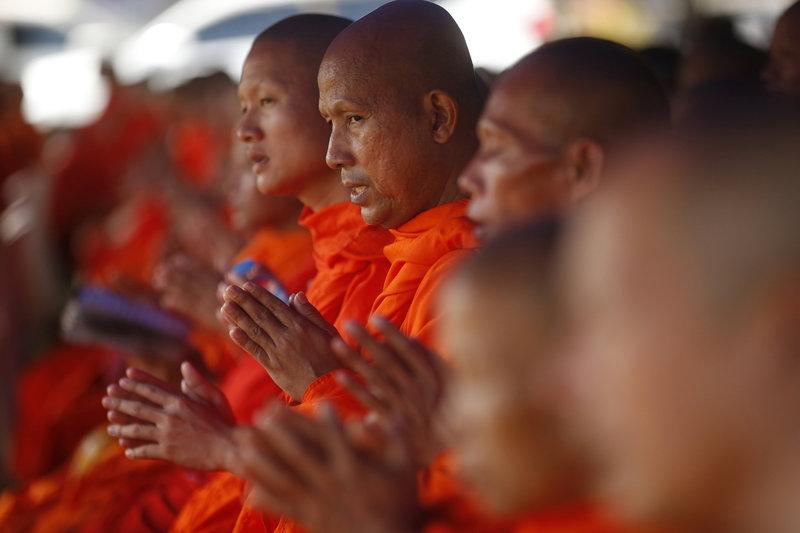 Βουδιστές μοναχοί προσεύχονται για τη διάσωση των παιδιών (Φωτογραφία: ΑΡ)