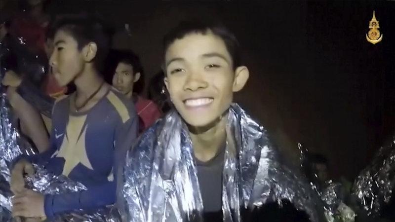 Τα παιδιά μέσα στη σπηλιά χαμογελούν, δείχνοντας θάρρος