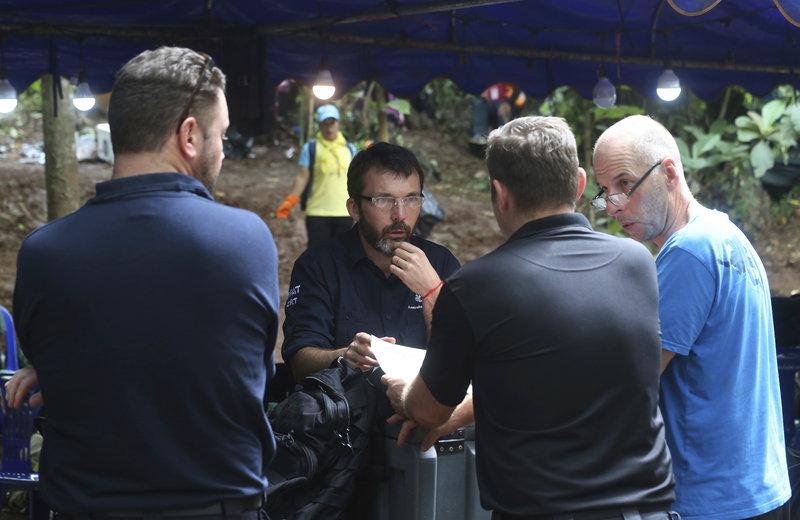 Οι συσκέψεις έξω από τη σπηλιά για το πώς θα συνεχιστεί το επόμενο σκέλος της επιχείρησης είναι συνεχείς