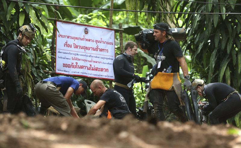 Διασώστες ετοιμάζονται για την επιχείρηση απεγκλωβισμού