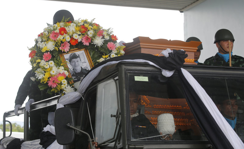 H σορός του Σαμάν Κουνάν μεταφέρεται στην ιδιαίτερη πατρίδα του για την ταφή (Φωτογραφίες: ΑΡ)
