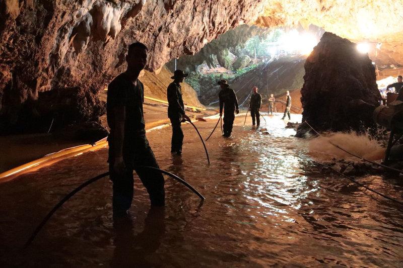 Γεμάτο νερό και λάσπη το σπήλαιο μετά τις πλημμύρες που είχαν σαν αποτέλεσμα να εγκλωβιστούν εκεί οι 12 μαθητές και ο προπονητής τους