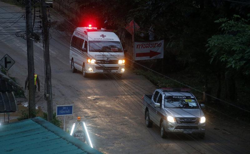 Τα παιδιά μετά την επιχείρηση απεγκλωβισμού μεταφέρθηκαν στο νοσοκομείο, τα τρία με ασθενοφόρο, το ένα με ελικόπτερο