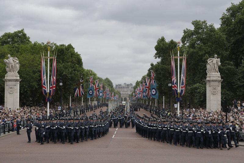 Παρέλαση μπροστά από το παλάτι - Φωτογραφία: CPL HELEN RIMMER RAF MOD: CROWN
