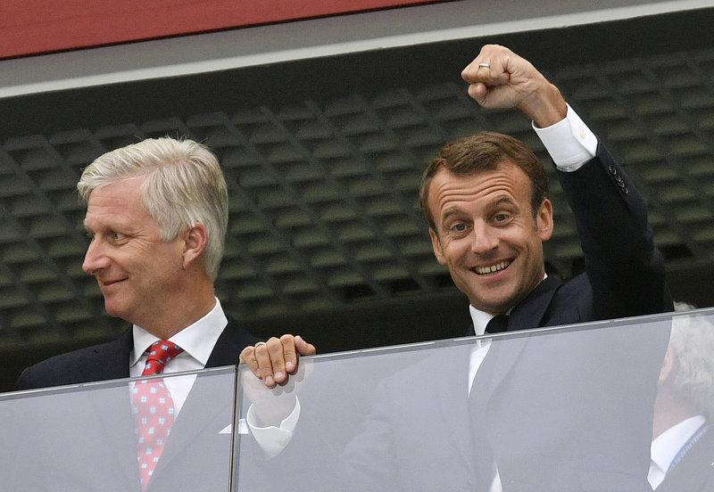 Με υψωμένη γροθιά ο Μακρόν πανηγυρίζει την πρόκριση της Γαλλίας στον τελικό του Μουντιάλ -Φωτογραφία: AP Photo/Petr David Josek