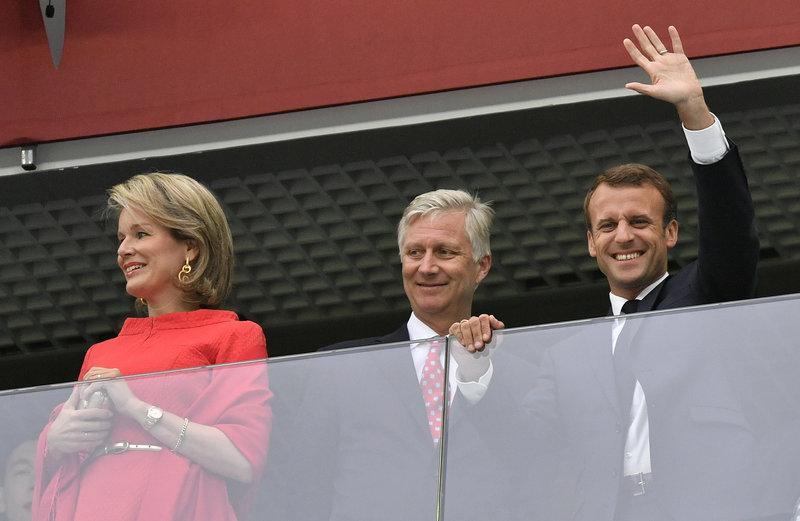 Χαμογελαστός ο Μακρόν, μάλλον αμήχανο το βασιλικό ζεύγος του Βελγίου-Φωτογραφία: AP Photo/Petr David Josek