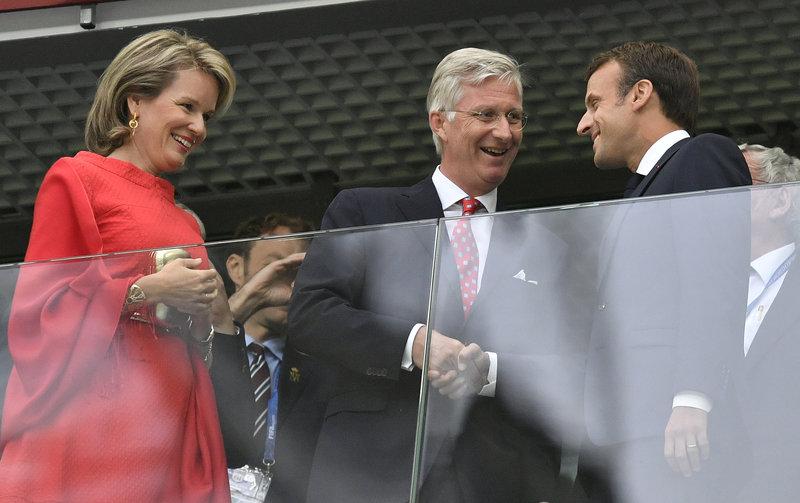 Γαλατικές αβρότητες ανάμεσα στον βασιλιά Φίλιππο και τον Γάλλο πρόεδρο -Φωτογραφία: AP Photo/Petr David Josek
