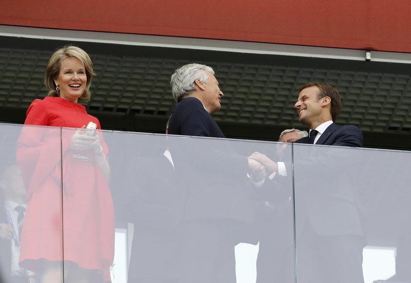 Χαμόγελα από την βασίλισα Ματθίλδη, τον βασιλιά Φίλιππο του Βελγίου και τον γάλλο πρόεδρο Εμανουέλ Μακρόν -Φωτογραφία: AP Photo/Petr David Josek
