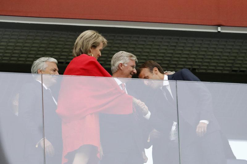 Το χειροφίλημα Μακρόν στην βασίλισσα Ματθίλδη του Βελγίου --Φωτογραφία: AP Photo/Petr David Josek