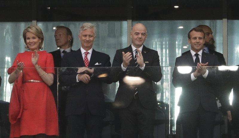 Η βασίλισα Ματθίλδη, ο βασιλιάς Φίλιππος του Βελγίου, ο πρόεδρος της FIFE Τζιάννι Ινφαντίνο και ο γάλλος πρόεδρος Εμανουέλ Μακρόν -Φωτογραφία: AP Photo/Petr David Josek