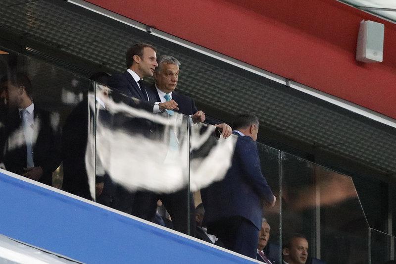 Ο Μακρόν με τον βασιλιά του Βελγίου στις εξέδρες στην Αγ. Πετρούπολη -Φωτογραφία: AP Photo/Petr David Josek