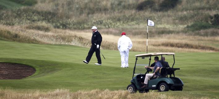 Ο Τραμπ παίζει γκολφ στο θέρετρό του στη Σκωτία (Φωτογραφία: AP/ Peter Morrison)