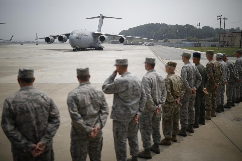 Αμερικανικό στρατιωτικό μεταγωγικό αεροσκάφος μετέφερε τις σορούς των πεσόντων