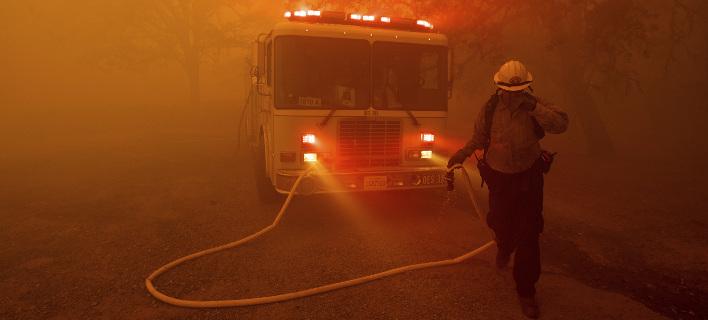 Περισσότεροι από εκατό πυροσβέστες στη μάχη με τις φλόγες, φωτογραφία: apimages
