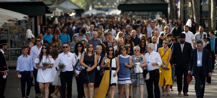 Φόρος τιμής στα θύματα της περσινής τρομοκρατικής επίθεσης στη Βαρκελώνη/ Φωτογραφία AP images