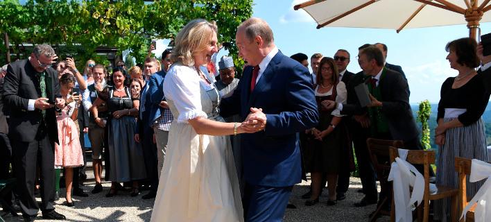 Ο Βλάντιμιρ Πούτιν χορεύει στο γάμο της ΥΠΕΞ της Αυστρίας/ Φωτογραφία AP images