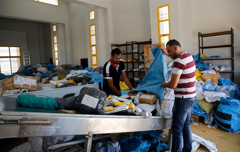 Αλληλογραφία  βάρους 10 τόνων πρέπει να ταξινομήσουν οι ταχυδρομικοί υπάλληλοι-Φωτογραφία: ΑΡ
