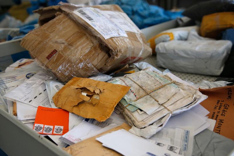 Οι διευθύνσεις σε πολλά γράμματα και δέματα δεν διαβάζονται πλέον-Φωτογραφία: AP/Nasser Shiyoukhi