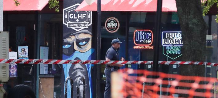 Αστυνομικός πυροβόλησε και σκότωσε μαύρο ένοπλο φρουρό σε μπαρ / φωτογραφία:ap