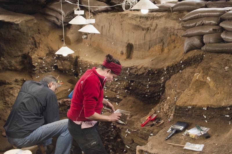 Η διεθνής ομάδα των ερευνητών πραγματοποιεί ανασκαφές από το 1991 στο σπήλαιο Μπλόμπος. Φωτογραφία: ΑΡ.