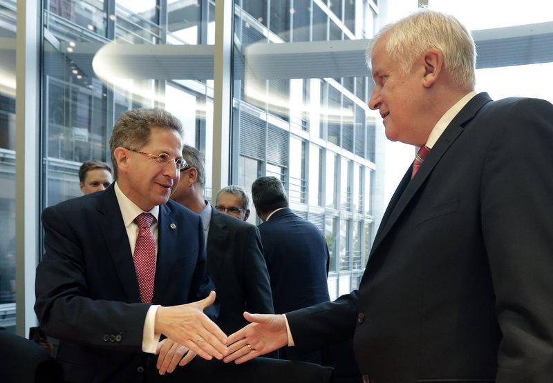 Ο επικεφαλής της Ομοσπονδιακής Υπηρεσίας Προστασίας του Συντάγματος, Χανς Γκέοργκ Μάασεν και ο υπουργός Εσωτερικών Χορστ Ζεεχόφερ (Φωτογραφία: ΑΡ)