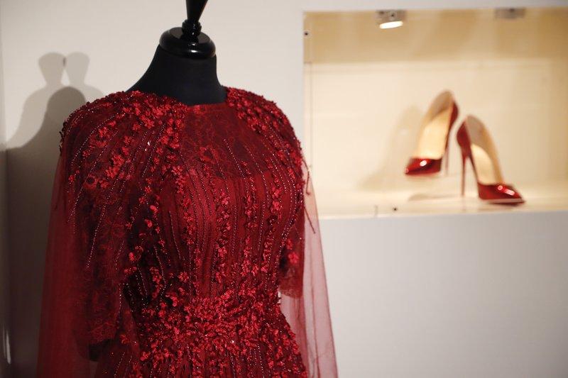 Στην έκθεση υπάρχει η πλούσια γκαρνταρόμπα της και οι αγαπημένες της κόκκινες γόβες
