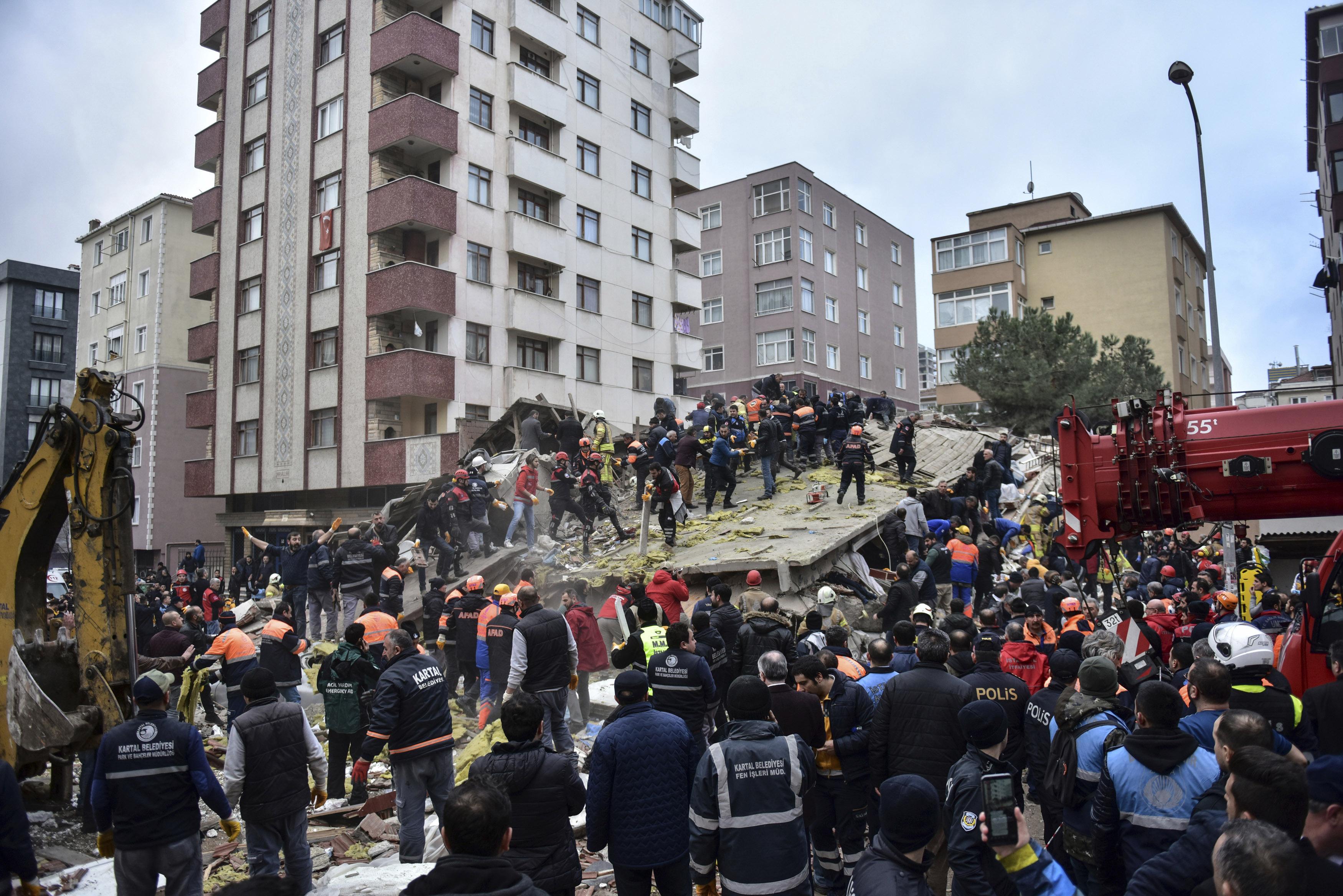 Δύο νεκροί μέχρι στιγμής από την κατάρρευση του κτιρίου (Φωτο: DHA via AP)