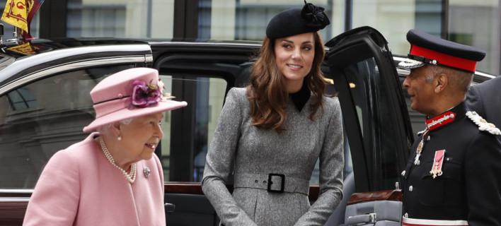 Η Κέιτ Μίντλετον και η βασίλισσα Ελισάβετ /Φωτογραφία: AP