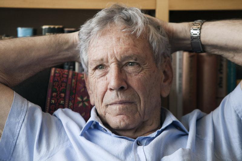 Ο Αμος Οζ είναι εκ των κορυφαίων σύγχρονων συγγραφέων στον κόσμο και τα βιβλία του έχουν μεταφραστεί σε τουλάχιστον 30 γλώσσες