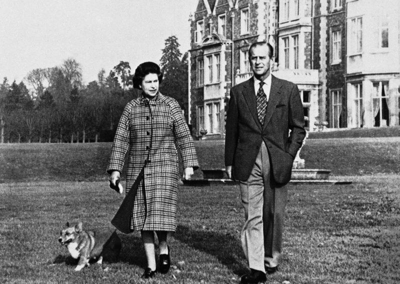 Βασίλισσα Ελισάβετ και πρίγκιπας Φίλιππος στον κήπο του Sandingham