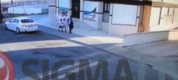 Οι δύο ενδεκάχρονοι ακολουθούν τον απαγωγέα τους- φωτογραφία sigmalive