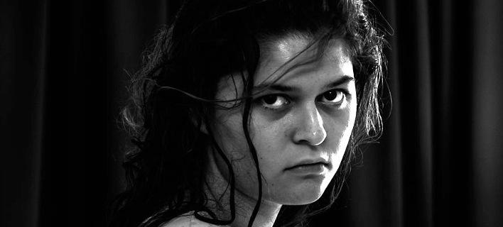 Μέσα στο ψυχιατρείο: Μια κοπέλα φωτογραφίζεται μετά από απόπειρα αυτοκτονίας [εικόνες]