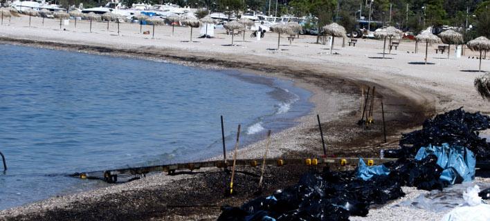Από τις εργασίες απορρύπανσης σε παραλία της Γλυφάδας. ΦΩΤΟΓΡΑΦΙΑ: EUROKINISSI /ΓΙΩΡΓΟΣ ΚΟΝΤΑΡΙΝΗΣ