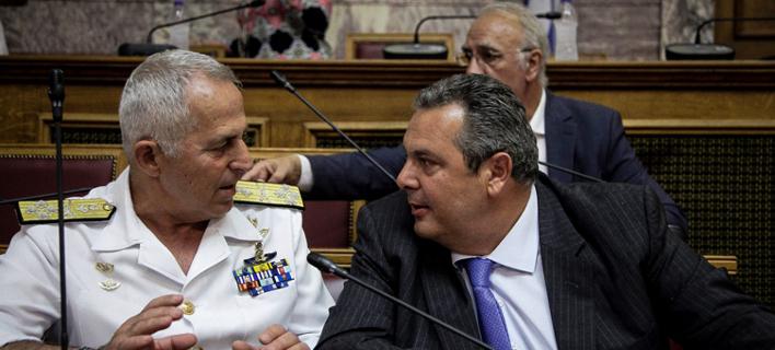 Ο Ναύαρχος Αποστολάκης με τον πρώην πλέον υπουργό Αμυνας Πάνο Καμμένο στην Βουλή- φωτογραφία eurokinissi