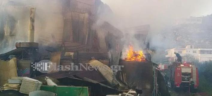 Παρανάλωμα του πυρός έγινε αποθήκη ξυλείας στα Χανιά [εικόνες]