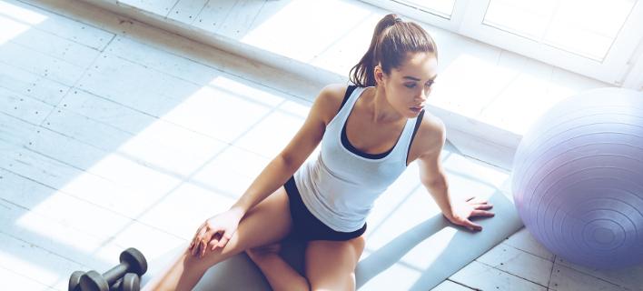 Μια γυναίκα κάνει γυμναστική, Φωτογραφία: Shutterstock/By g-stockstudio